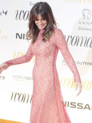 Isabel Jiménez luciendo incipiente embarazo en los Premios Woman 2018