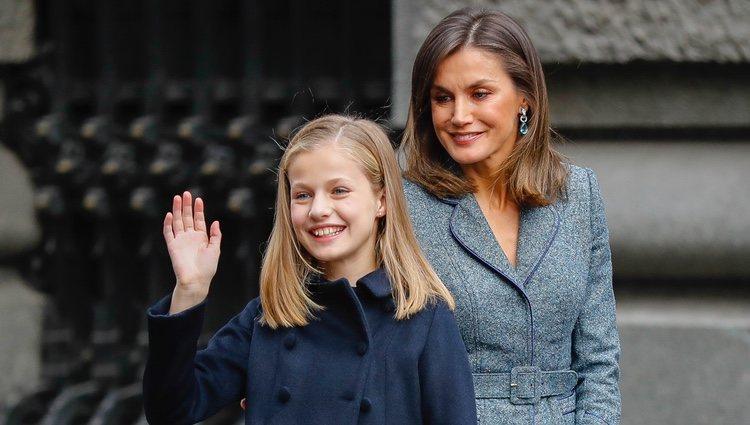 La Princesa Leonor saluda junto a la Reina Letizia en el día de su 13 cumpleaños