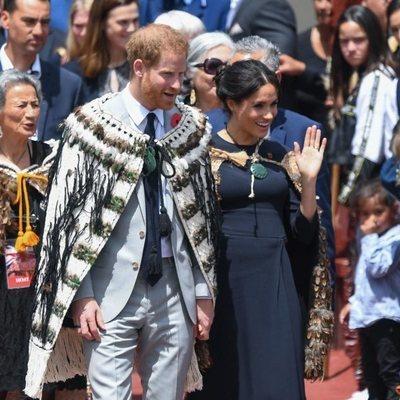 El Príncipe Harry y Meghan Markle con capas maorís en Nueva Zelanda