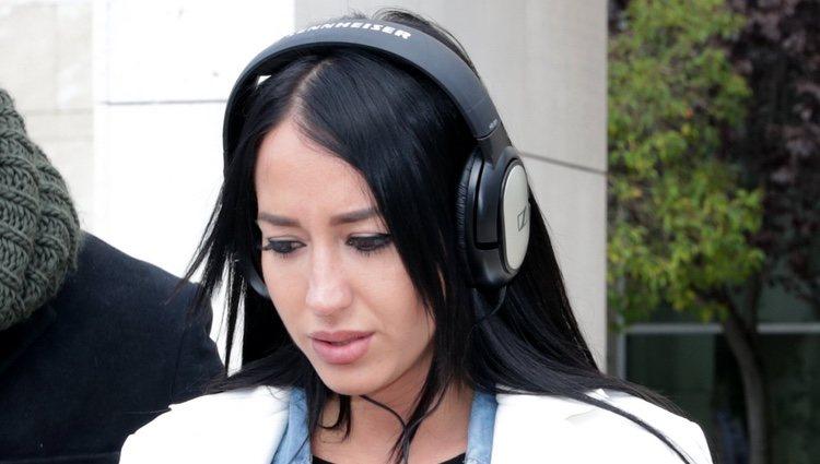 Aurah Ruiz sale del juzgado con gesto triste y llorando