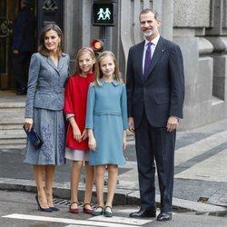 Los Reyes Felipe y Letizia, la Princesa Leonor y la Infanta Sofía en el centro de Madrid