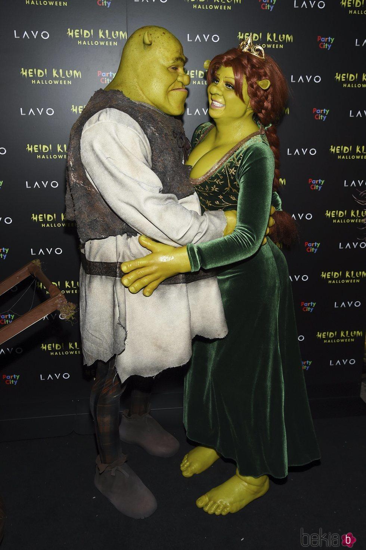 Heidi Klum y Tom Kaulitz disfrazados de Fiona y Shrek en la fiesta de Halloween 2018 de Heidi Klum