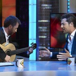 David Bisbal cantando en 'El hormiguero' con Pablo Motos