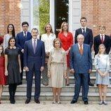 Los Reyes Juan Carlos y Sofía con sus hijos, el Rey Felipe y las Infantas Elena y Cristina, sus ocho nietos y la Reina Letizia