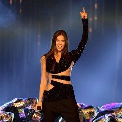 Hailee Steinfeld actuando en los MTV EMAs 2018 de Bilbao