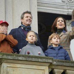 Federico y Mary de Dinamarca con la Princesa Isabel, el Príncipe Vicente y la Princesa Josefina en la cacería Hubertus