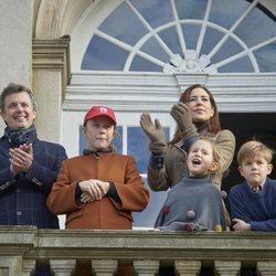 Federico y Mary con sus hijos Isabel, Vicente y Josefina en las carreras de caballos Hubertus