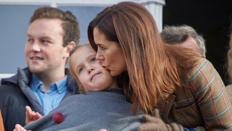 Mary de Dinamarca besa a su hija Josefina de Dinamarca en las carreras de caballos Hubertus
