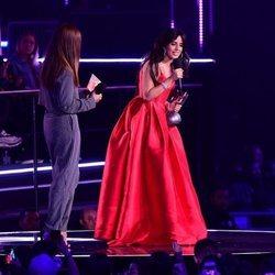 Camila Cabello recibiendo un premio en los MTV EMAs 2018 de Bilbao