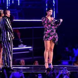 Dua Lipa recibiendo un premio en los MTV EMAs 2018 de Bilbao