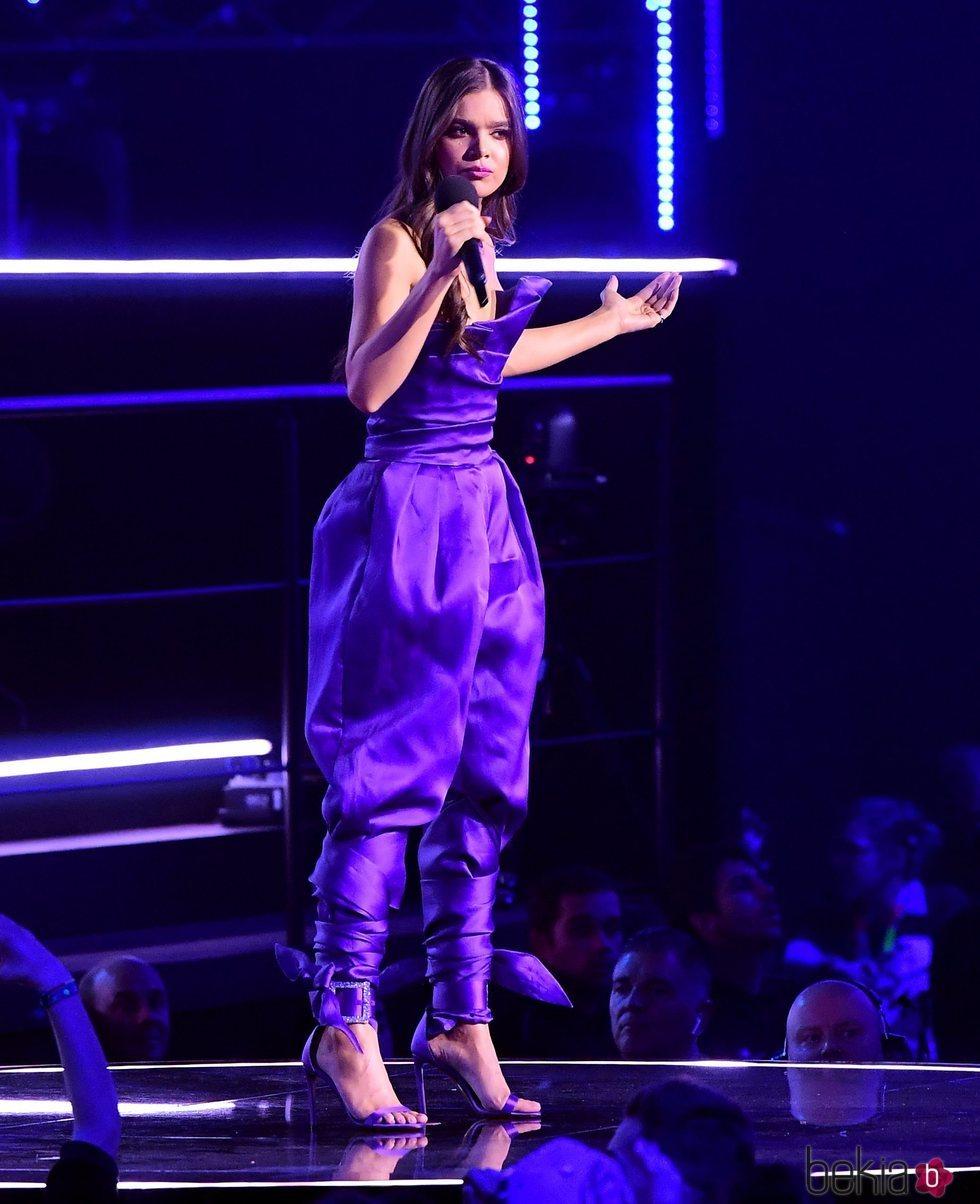 Hailee Steinfeld durante la gala de los EMAs 2018