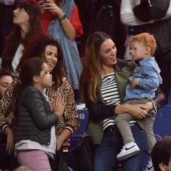 Helen Lindes en un partido de Rudy Fernández acompañada de su hijo Alan