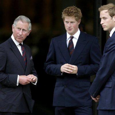 El Príncipe Carlos, el Príncipe Harry y el Príncpe Guillermo en un recuerdo a Lady Di