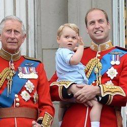 El Príncipe Carlos, el Príncipe Jorge y el Príncipe Guillermo en el Trooping the Colour 2015