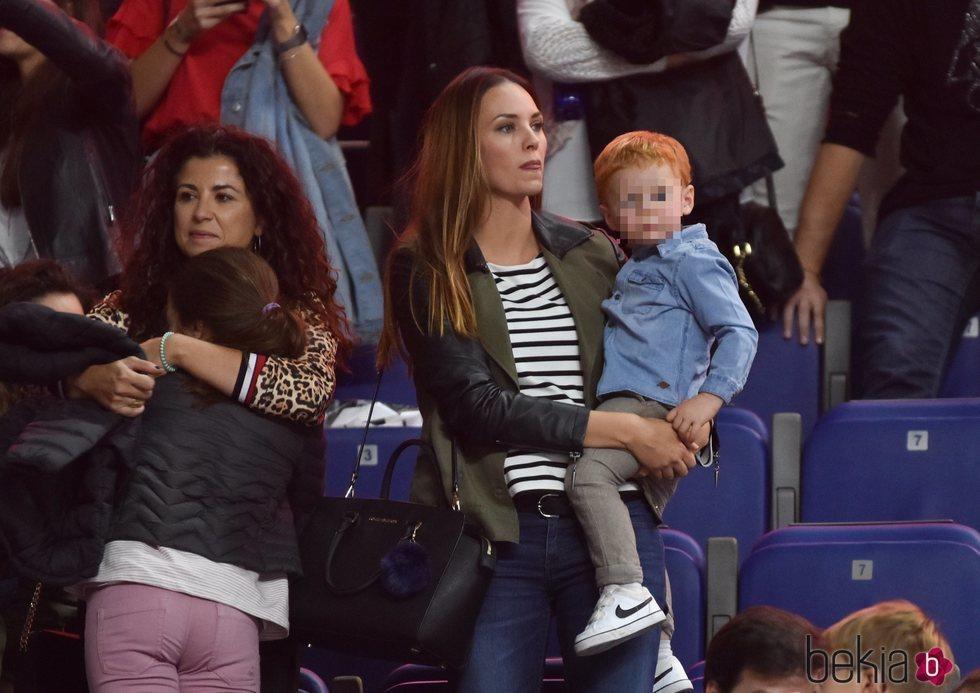 Helen Lindes disfrutando con su hijo Alan de un partido de Rudy Fernández
