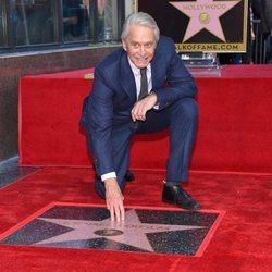 Michael Douglas recibiendo una estrella en el paseo de la fama