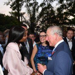 Naomi Campbell charlando animadamente con el Príncipe Carlos de Inglaterra