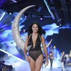 Adriana Lima desfilando en el Victoria's Secret Fashion Show 2018