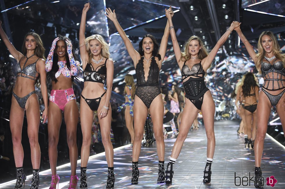 Taylor Hill, Jasmine Tookes, Elsa Hosk, Adriana Lima, Behati Prinsloo y Candice Swanepoel en el Victoria's Secret Fashion Show 2018