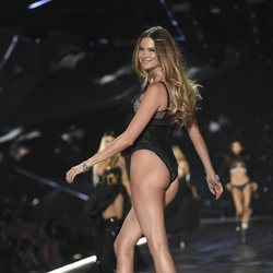 Behati Prinsloo desfilando en el Victoria's Secret Fashion Show 2018