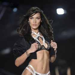 Bella Hadid desfilando en el Victoria's Secret Fashion Show 2018