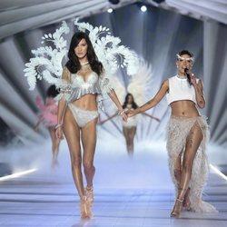 Bella Hadid y Halsey durante el Victoria's Secret Fashion Show 2018