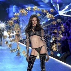 Barbara Fialho desfilando en el Victoria's Secret Fashion Show 2018