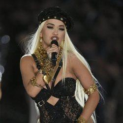 Rita Ora actuando en el Victoria's Secret Fashion Show 2018