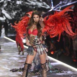 Taylor Hill abriendo el Victoria's Secret Fashion Show 2018