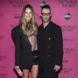 Behati Prinsloo y Adam Levine en la alfombra rosa del Victoria's Secret Fashion Show 2018