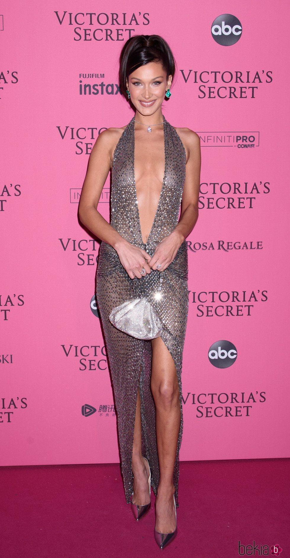 Bella Hadid en la alfombra rosa del Victoria's Secret Fashion Show 2018