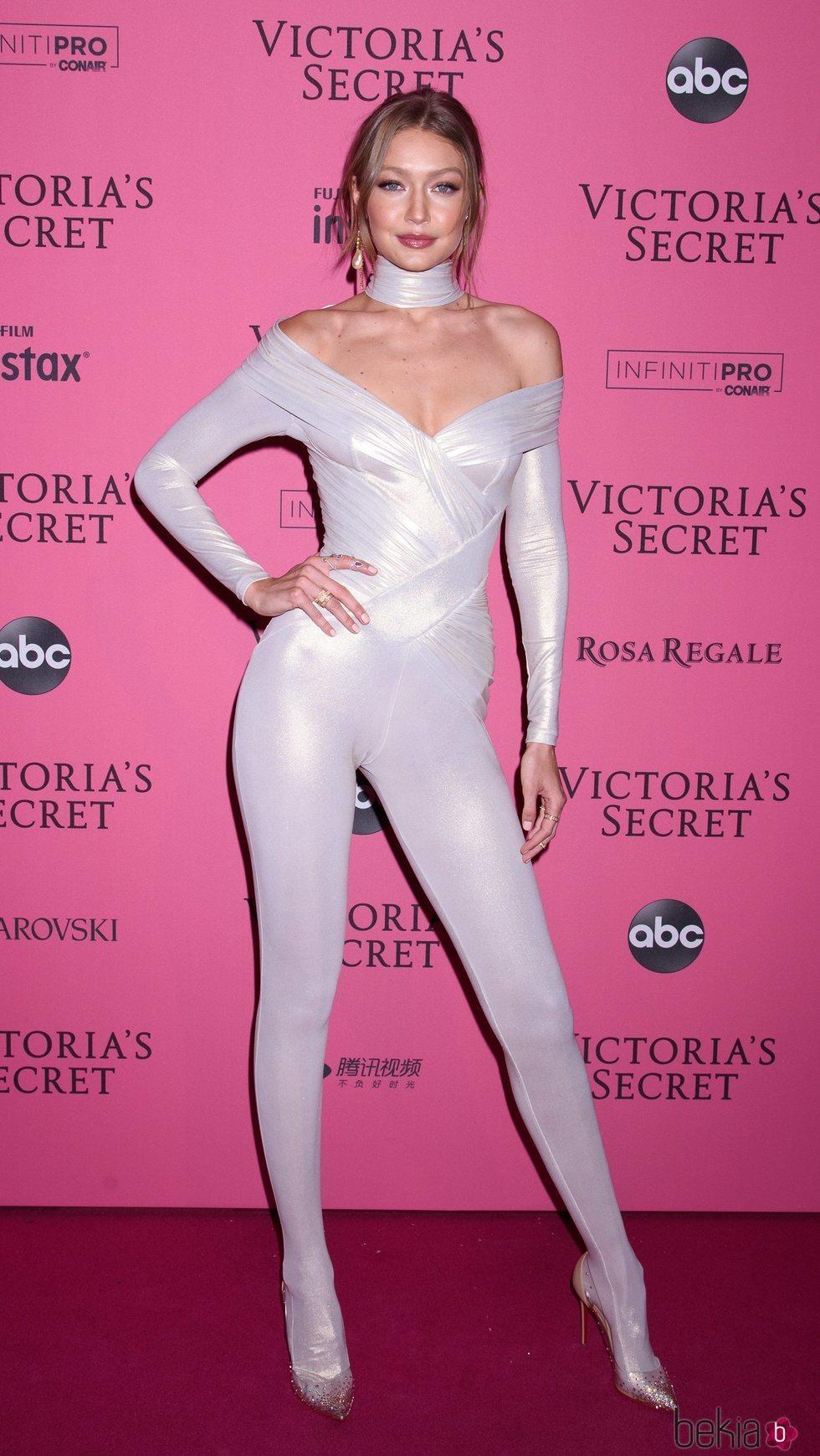 Gigi Hadid en la alfombra rosa del Victoria's Secret Fashion Show 2018