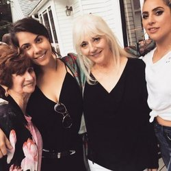 Lady Gaga junto a su hermana, madre y abuela
