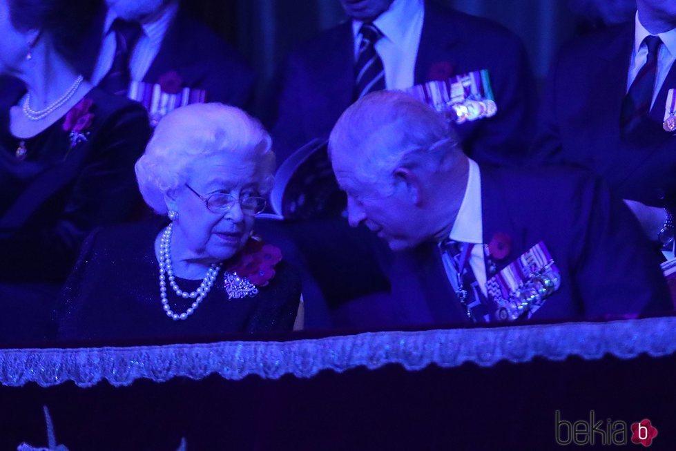 La Reina Isabel y Carlos de Inglaterra durante el Festival of Remembrance 2018
