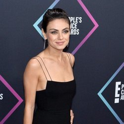 Mila Kunis en la alfombra roja de los People's Choice Awards 2018
