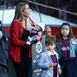 Sofia Balbi con sus tres hijos junto al banquillo del Barça en el Camp Nou