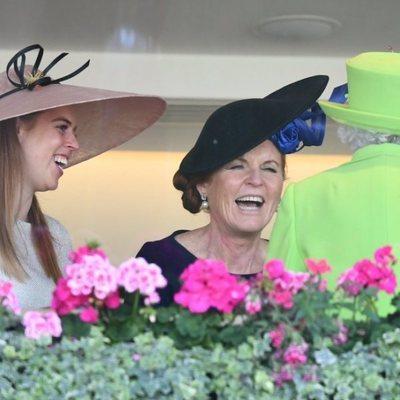 Sarah Ferguson riéndose junto a Isabel II y la Princesa Beatriz de York en Ascot