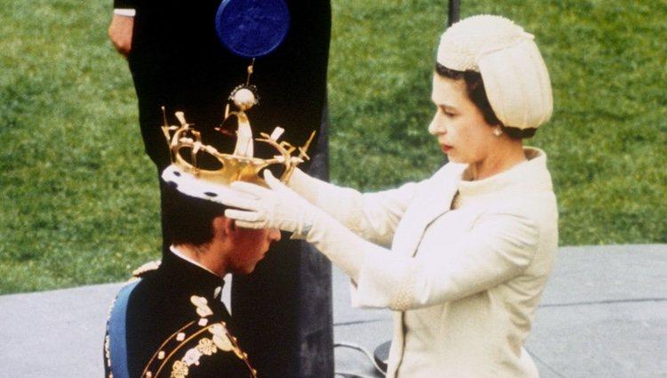 Carlos de Inglaterra siendo coronado como Príncipe de Gales en 1969