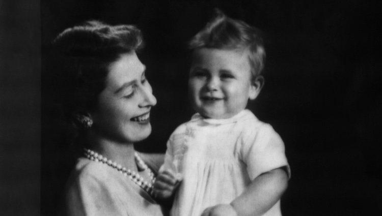 La Reina Isabel II junto al Príncipe Carlos con un año