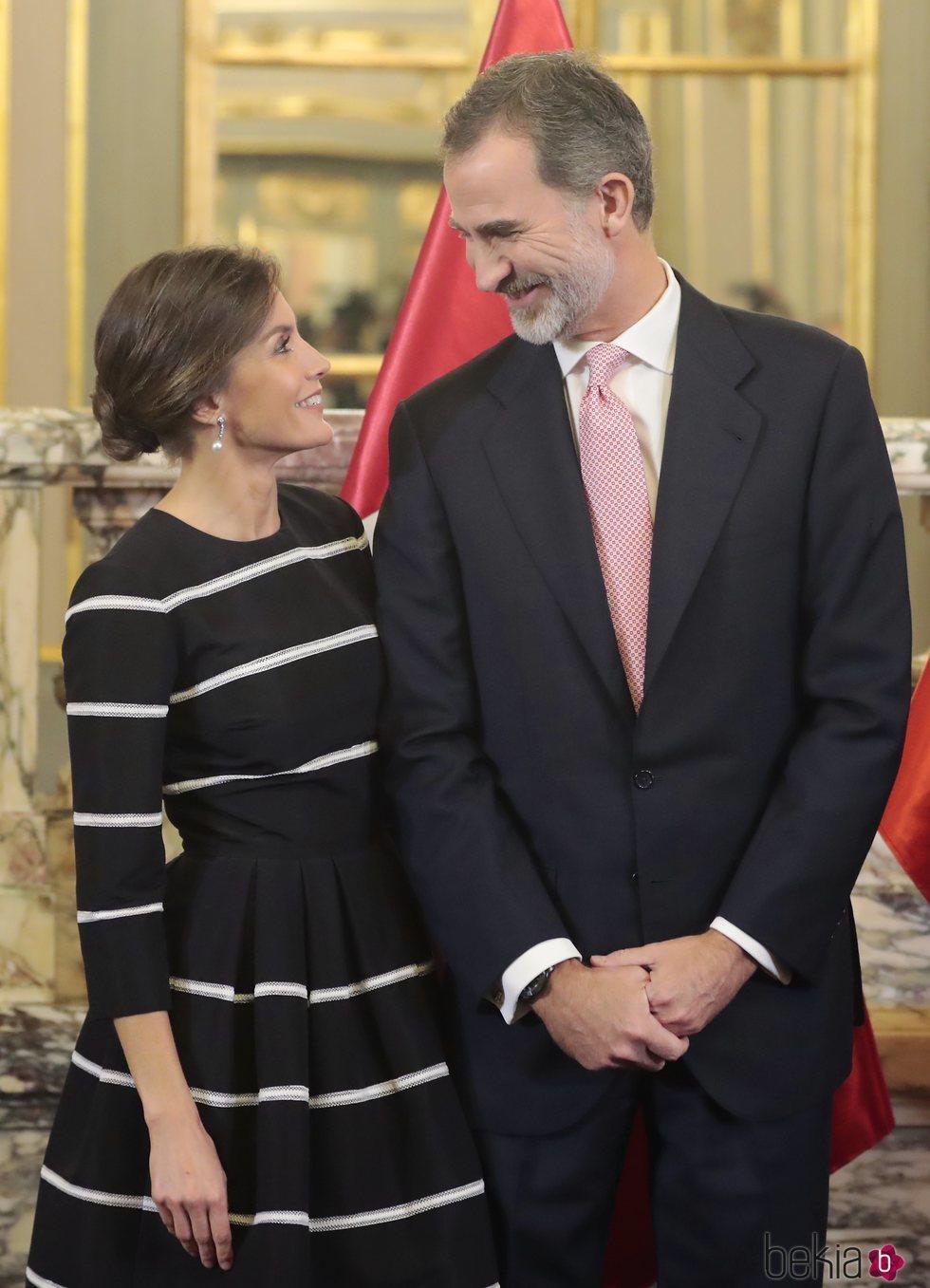 Los Reyes Felipe y Letizia se dedican una tierna mirada en su Viaje de Estado a Perú