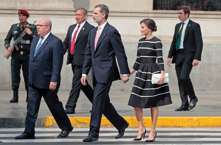 Los Reyes Felipe y Letizia, cogidos de la mano en Lima
