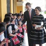 Los Reyes Felipe y Letizia saludan a los niños del colegio Reino de España de Lima