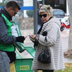 Terelu Campos comprando un décimo de lotería