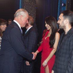 El Príncipe Carlos de Inglaterra saludando a Cheryl Cole