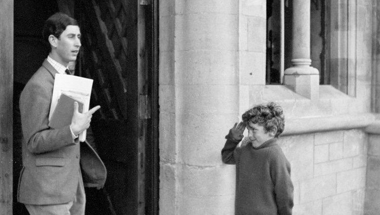 El Príncipe Carlos de Inglaterra saliendo de la universidad