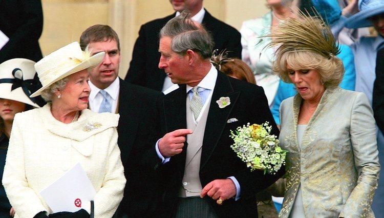 Isabel II junto a su hijo el Príncipe Carlos y Camilla Parker-Bowles el día de su boda