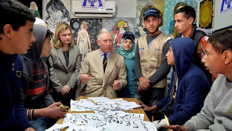 El Príncipe Carlos de Inglaterra visitando un campo de refugiados en Jordania