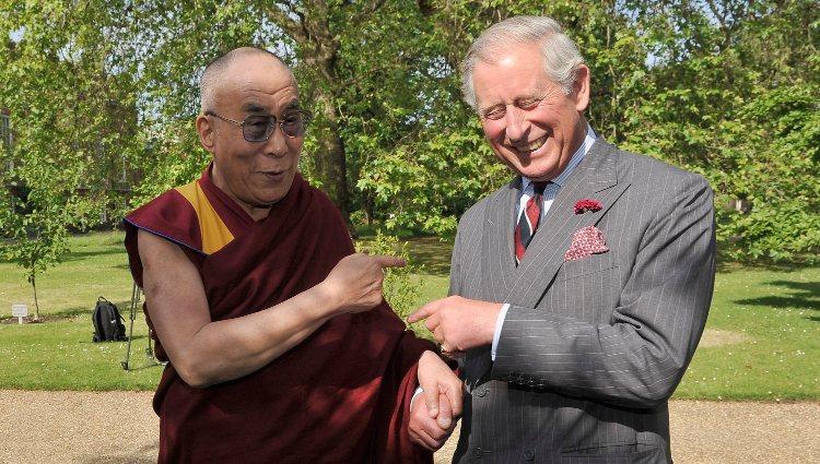 El Príncipe Carlos de Inglaterra junto al Dalai Lama