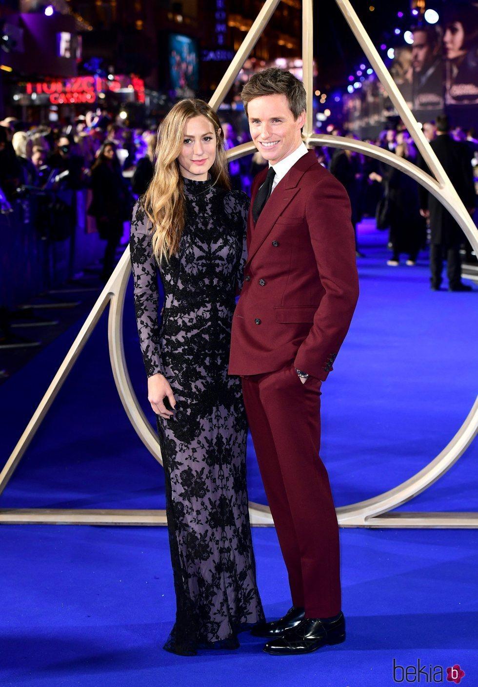 Eddie Redmayne y Hannah Bagshawe en el estreno de 'Animales Fantásticos: Los Crímenes de Grindelwald'