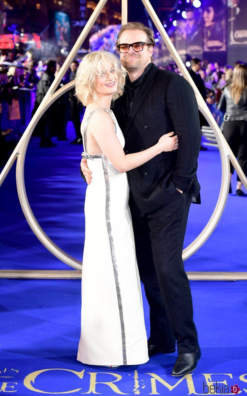 Alison Sudol y David Harbour en el estreno de 'Animales Fantásticos: Los Crímenes de Grindelwald'